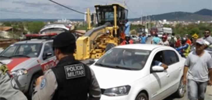 Moradores de Itaporanga fazem barricada contra RC 02 16fev2017