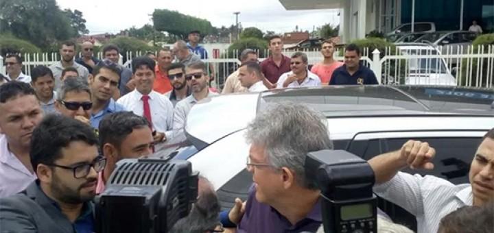 Ricardo Coutinho e Berg Lima na entrega de ônibus fev2017