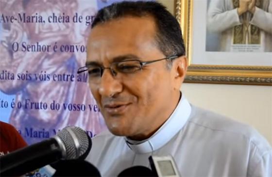 Padre Adauto detona deputados
