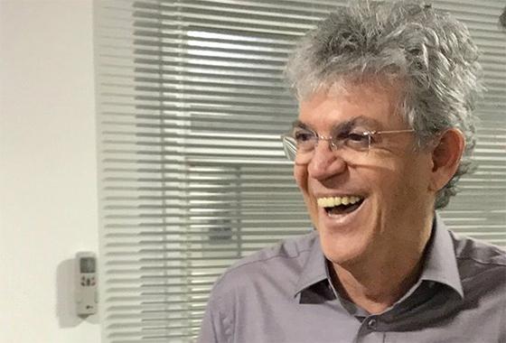 Ricardo Coutinho rindo de boca aberta