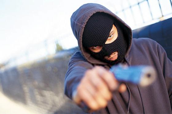 Violência bandido aponta arma