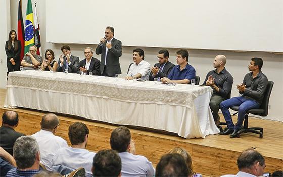Luciano CArtaxo assina convênio com Caixa