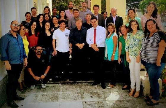 João Azevedo na PGE com servidores